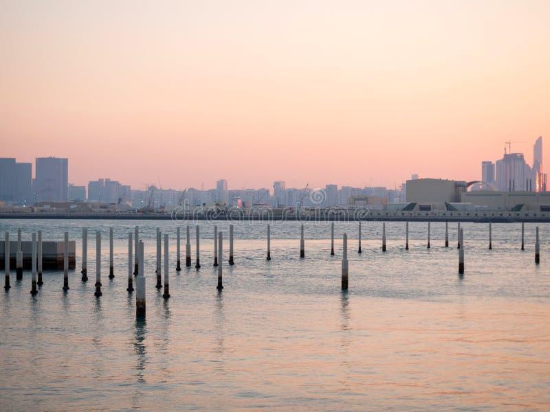 Cidade de Abu Dhabi na tarde imagens de stock