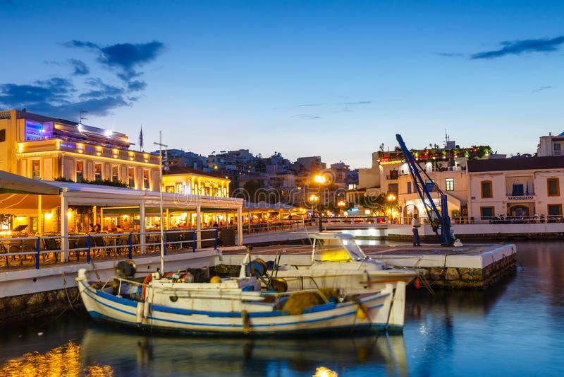 Cidade de Agios Nikolaos na noite do verão foto de stock royalty free