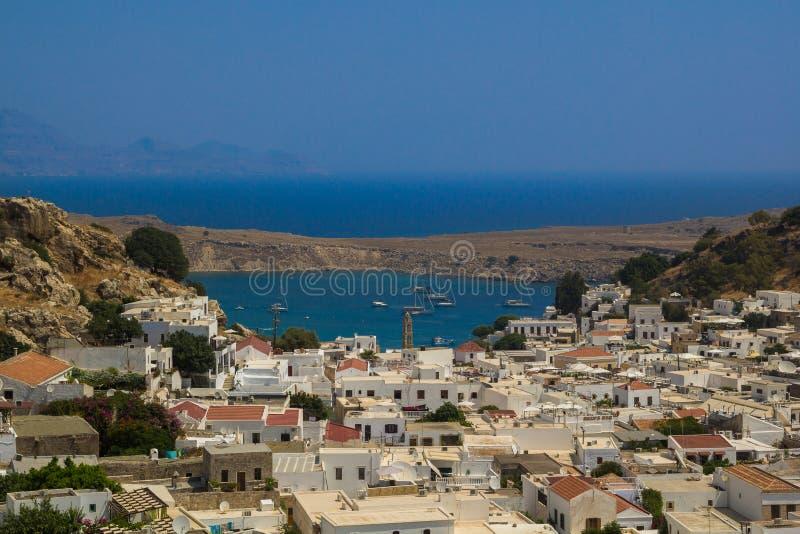 Cidade de Agios Pavlos Lindos Beach e de Lindos foto de stock royalty free