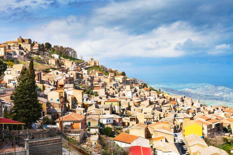 Cidade de Aidone em Sicília na mola, Itália imagem de stock