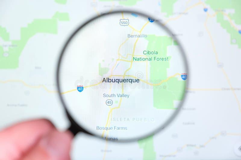 Cidade de Albuquerque, New mexico na tela de exposição através de uma lupa imagens de stock royalty free