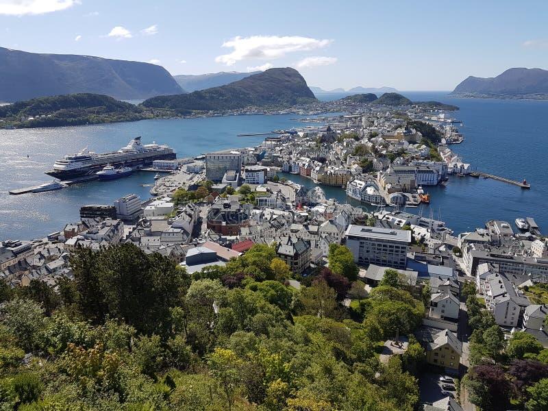 Cidade de Alesund em Noruega - viewpiont em Aksla Fjellstua fotografia de stock royalty free