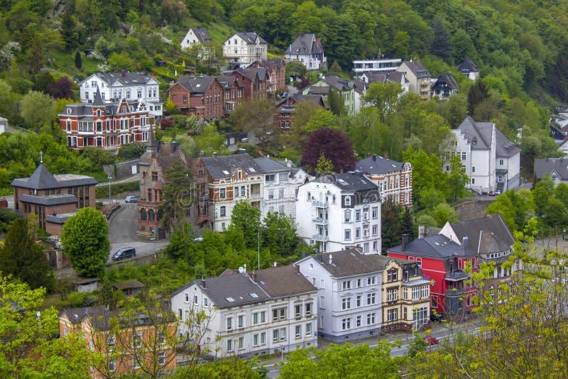 A cidade de Altena e do rio Lenne, Reno-Westphalia norte, Alemanha foto de stock