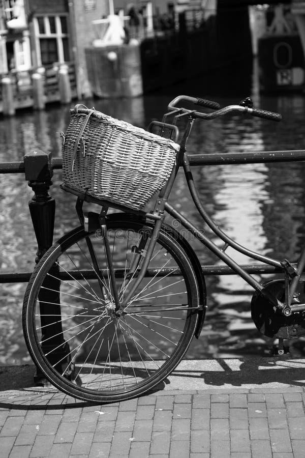Cidade de Amsterdão com a bicicleta na Holanda imagem de stock