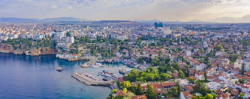 Cidade de Antalya, Turquia junho, 14o, 2019 Imagem panorâmico do zangão da cidade velha Kaleici foto de stock royalty free