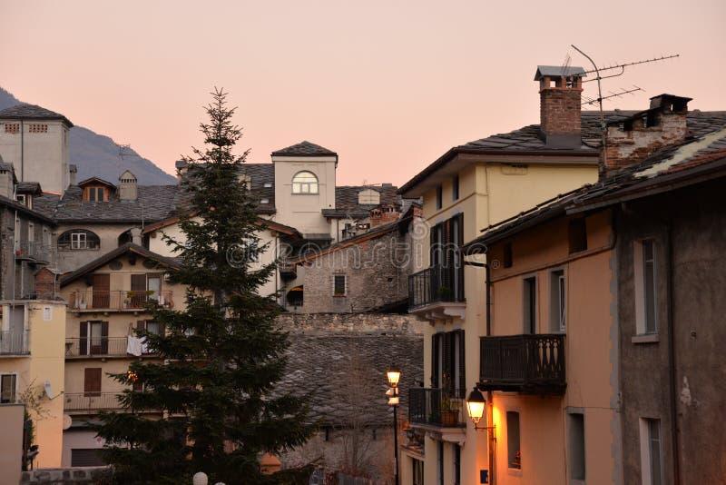 Cidade de Aosta, Italy Ideia do centro de cidade velho na noite fotografia de stock royalty free