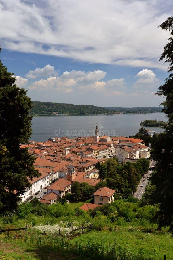 Cidade de Arona, vista do rocca Lago Maggiore, Italy fotografia de stock