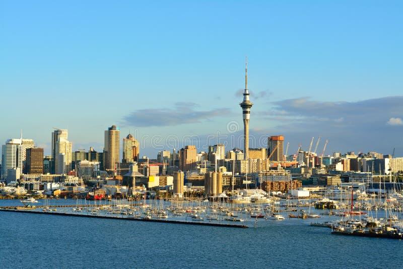 Cidade de Auckland e porto ocidental do porto como visto da ponte do porto Foco seletivo foto de stock