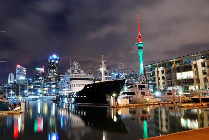Cidade de Auckland na noite fotografia de stock royalty free