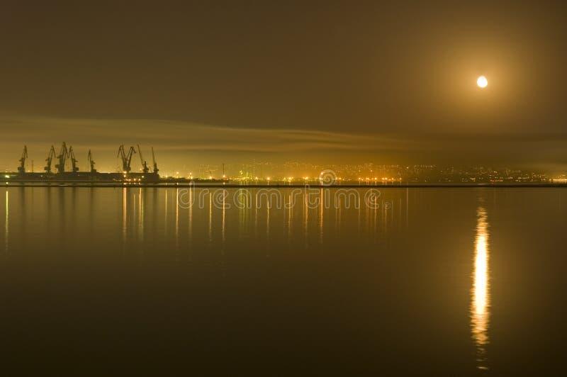 Cidade de Baku na noite imagem de stock royalty free
