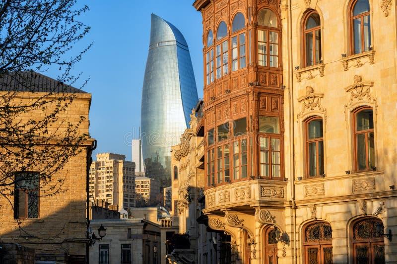 Cidade de Baku Old, Azerbaijão, com construções históricas e modernas imagem de stock royalty free