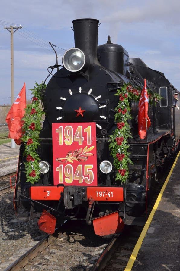 Cidade de Balakovo da região de Saratov Rússia 1º de maio 2018 Chegada do ` militar do escalão do ` retro do trem à estação imagem de stock royalty free