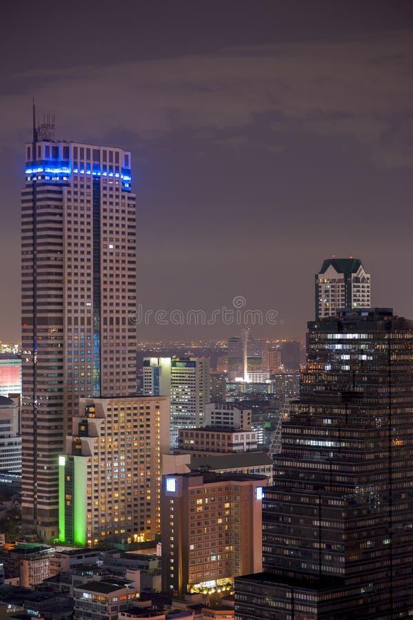Cidade de Banguecoque na noite fotografia de stock royalty free