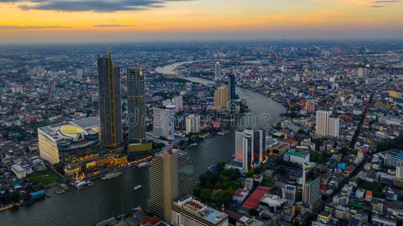 Cidade de Banguecoque na noite e no rio de Chaopraya, vista aérea, Banguecoque, Tailândia fotografia de stock royalty free