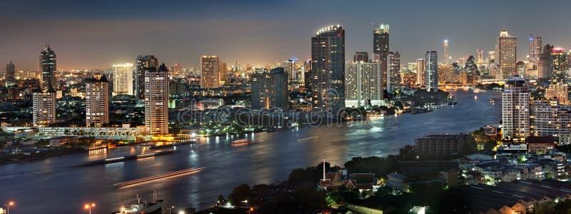 Cidade de Banguecoque no crepúsculo fotografia de stock royalty free