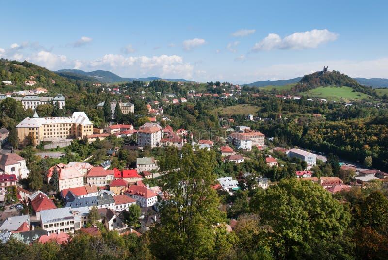Cidade de Banska Stiavnica - centro histórico com monte do calvário imagens de stock royalty free