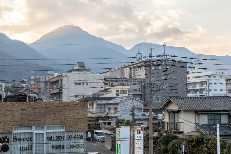 Cidade de Beppu no por do sol da estação de trem de Beppu fotografia de stock