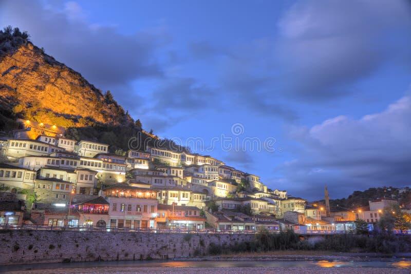Cidade de Berat em Albânia na noite fotos de stock royalty free