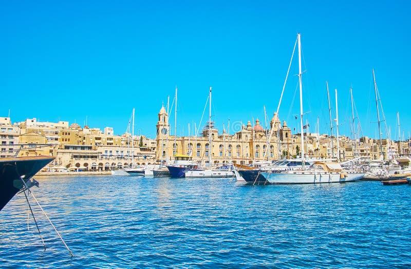 A cidade de Birgu atrás dos estaleiros, Malta foto de stock
