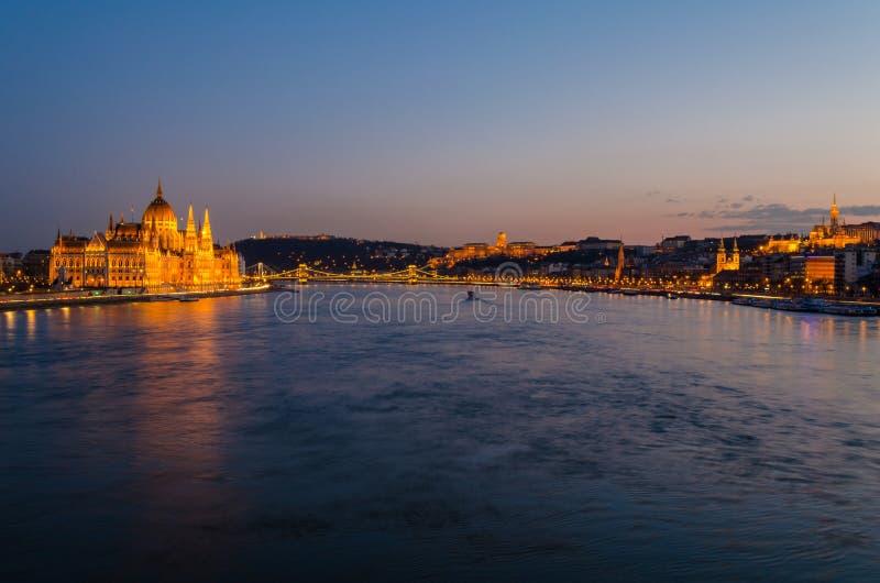 Cidade de Budapest na hora azul fotografia de stock