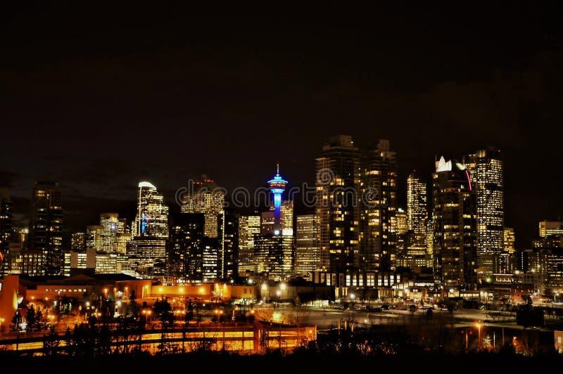 A cidade de Calgary iluminou a opinião do centro da noite da skyline foto de stock