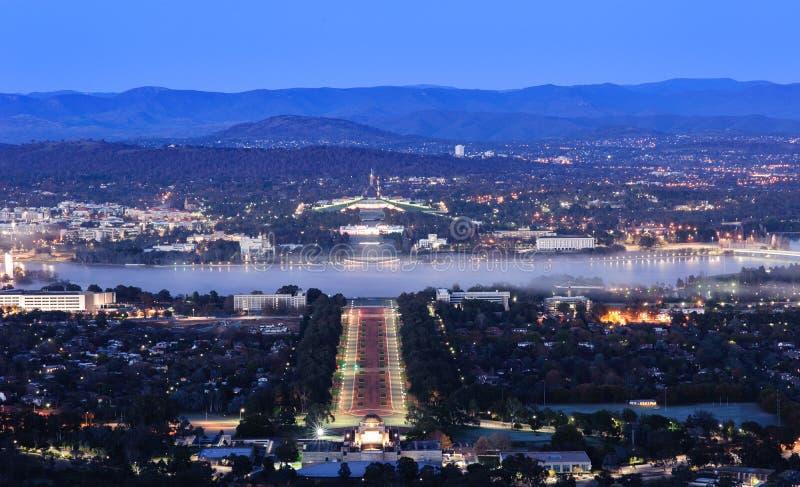 Cidade de Canberra na noite fotografia de stock