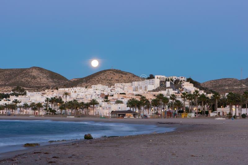 A cidade de Carboneras de Almeria sob a lua imagens de stock
