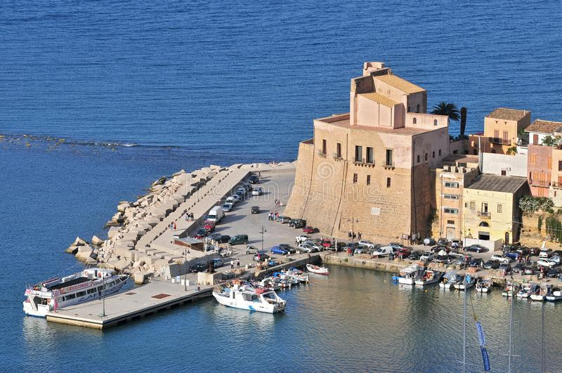 A cidade de Castellammare del Golfo, na província de Trapani, na Sicília, Itália fotografia de stock royalty free