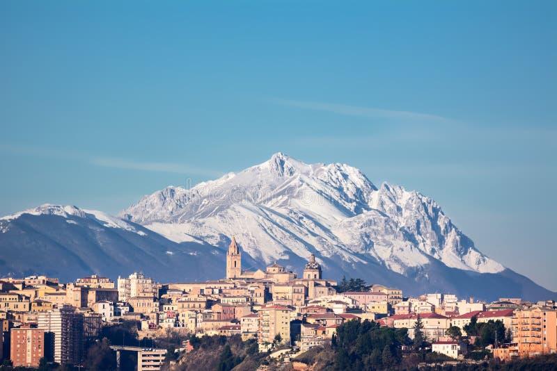 A cidade de Chieti e atrás da montanha de Gran Sasso foto de stock