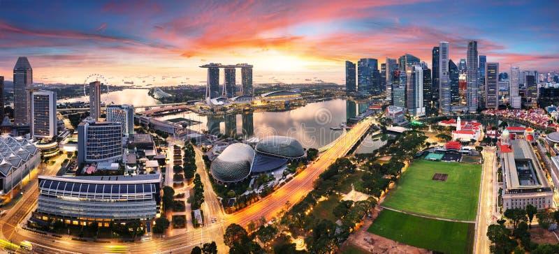 A cidade de Cingapura panorâmica no nascer do sol com a baía de Marina fotos de stock royalty free