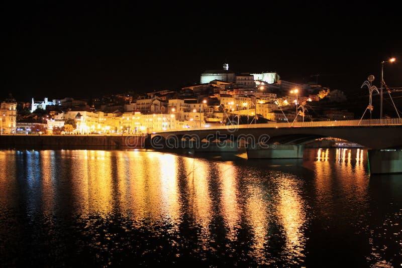 A cidade de Coimbra na noite fotos de stock royalty free