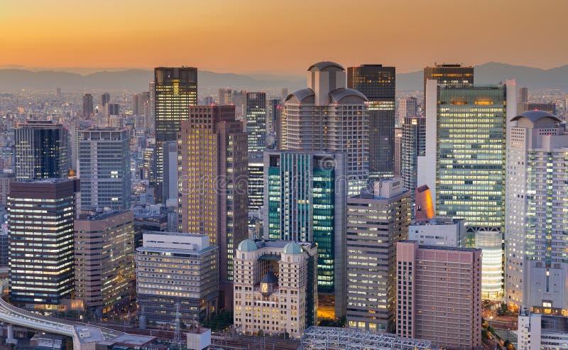 Cidade de construção do centro de Osaka do negócio após o por do sol imagem de stock royalty free