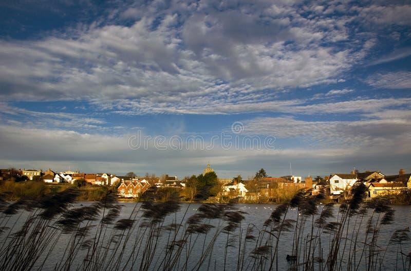 Cidade de Diss Nofolk e a vista do mero foto de stock royalty free