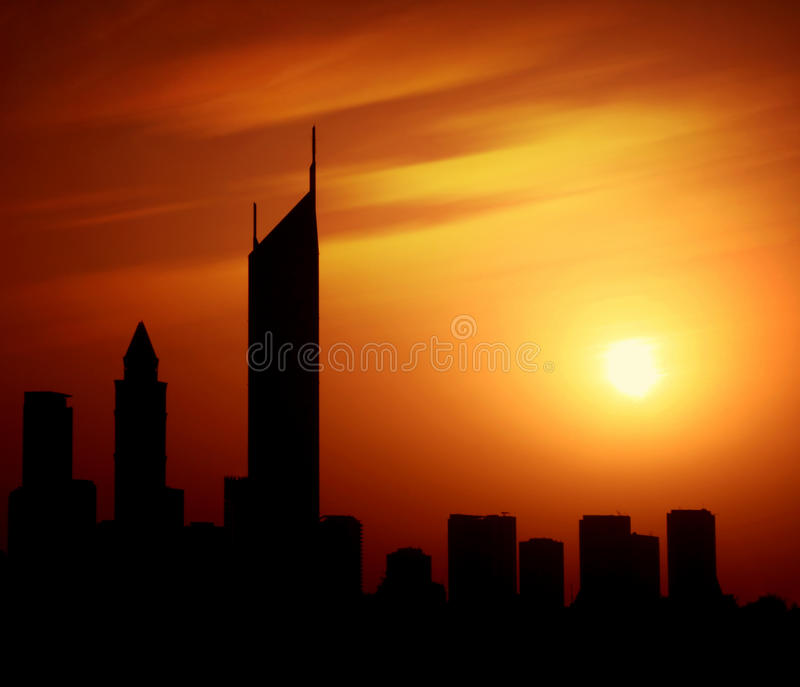 Cidade de Dubai na estrada do Sheikh Zayed da noite no por do sol fotos de stock
