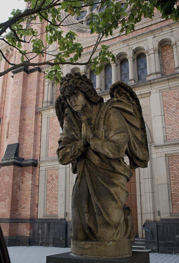 Cidade de Dusseldorf, um anjo na frente da igreja do ` s de St John imagens de stock royalty free