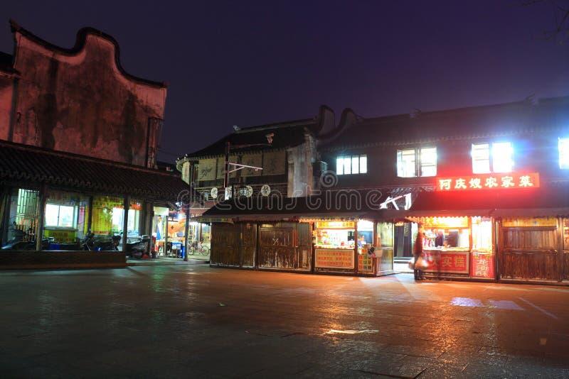 Cidade de Fengjing na noite no outono imagem de stock
