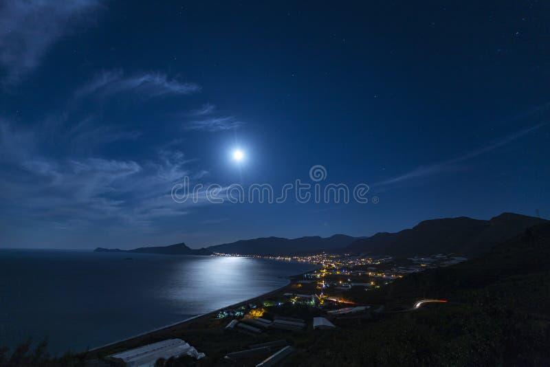 Cidade de Gazipasa da noite da cidade de Antalya e da opinião da Lua cheia imagens de stock royalty free
