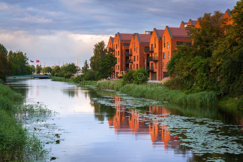 Cidade de Gdansk refletida no rio de Motlawa no por do sol, Polônia imagem de stock