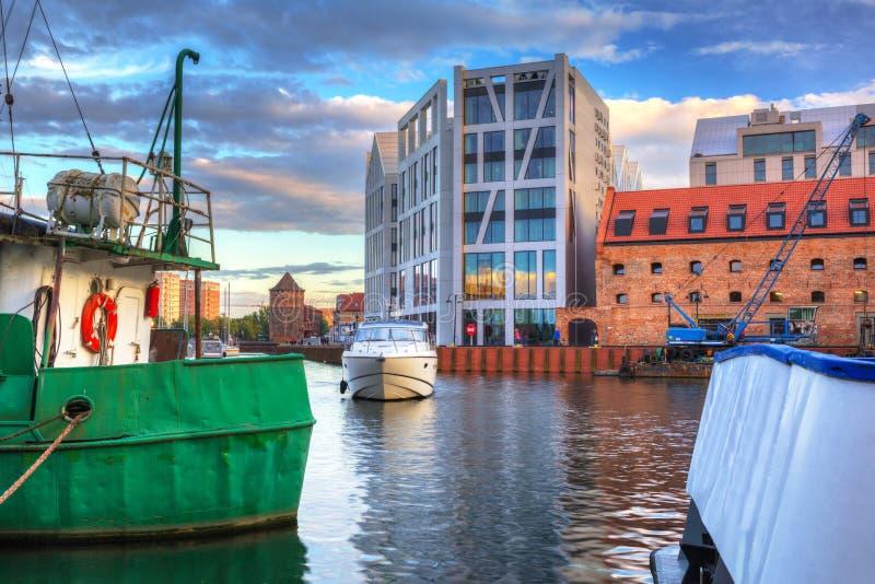 Cidade de Gdansk refletida no rio de Motlawa no por do sol, Polônia foto de stock