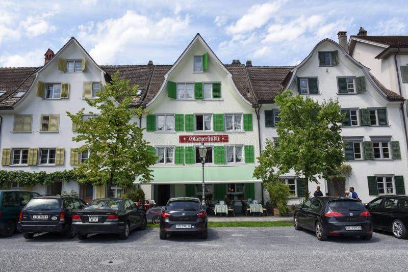 A cidade de Glarus nos cumes suíços foto de stock