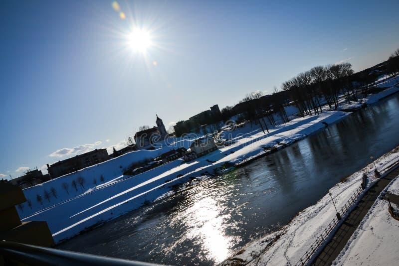 Cidade de Grodno, Bielorrússia, o rio Neman em um dia ensolarado do inverno contra um céu claro fotos de stock royalty free