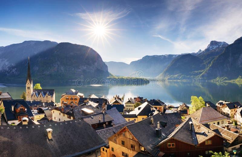 A cidade de Hallstatt do verão bonito e o lago alpinos Hallstatter veem a vista Áustria fotografia de stock