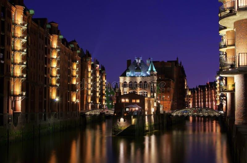 Cidade De Hamburgo Do Palácio Dos Armazéns Na Noite Fotografia de Stock Royalty Free