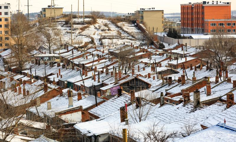 Cidade de Hegang, China 23 DE JANEIRO DE 2019: Opinião aérea da vila velha do nordeste de China no tempo de inverno fotos de stock royalty free
