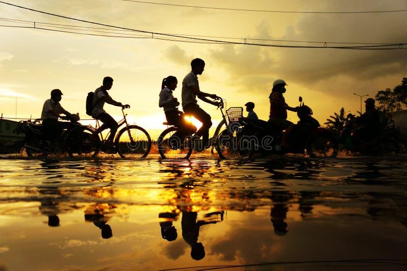 Cidade de Ho Chi Minh, maré de inundação, por do sol fotos de stock