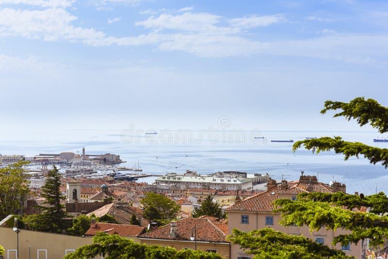 Cidade de Itália, de Trieste e porto pelo mar fotografia de stock