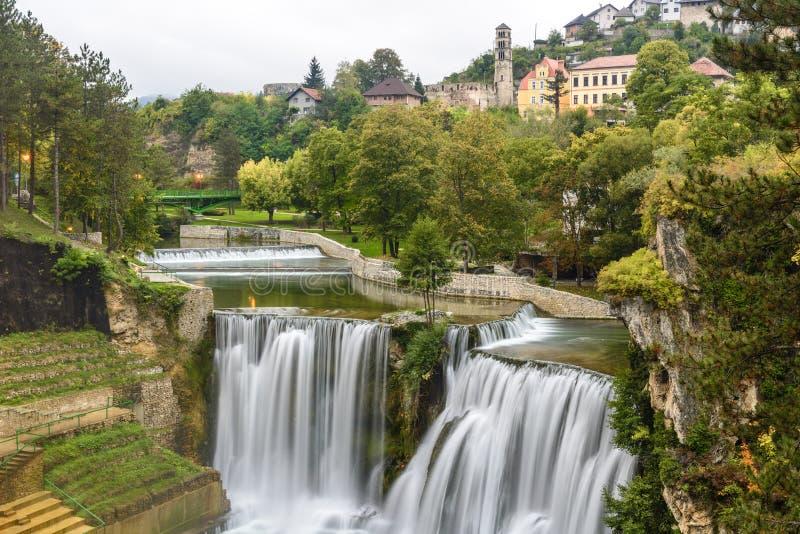 Cidade de Jajce e de cachoeira de Pliva (Bósnia e Herzegovina) imagem de stock