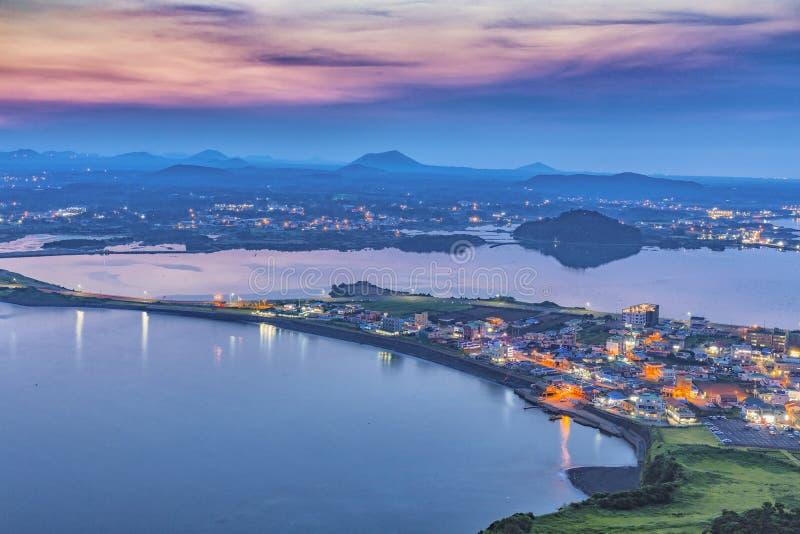 Cidade de Jeju, Coreia do Sul vista do pico do por do sol A ilha de Jeju está ligada foto de stock royalty free