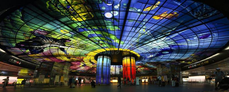 Cidade de Kaohsiung, Taiwan - 24 de julho de 2018: Cores vibrantes da abóbada da luz na estação do bulevar do MRT Formosa imagens de stock royalty free