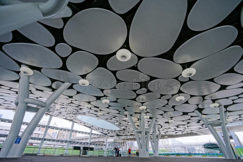 Cidade de Kaohsiung, Taiwan - 11 de setembro de 2018: A estação principal nova de Kaohsiung da administração das estradas de ferr imagem de stock